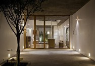 Ngôi nhà được thiết kế đặc biệt với màu trắng tinh khôi nổi bật trên đường phố Sài Gòn của người phụ nữ 30 tuổi