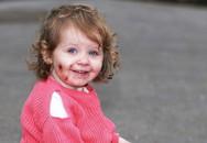 Vừa rời mắt 1 giây, mẹ quay lại đã thấy con bị cắn 15 vết sâu hoắm khắp người, thủ phạm đứng nhìn với nụ cười đầy máu