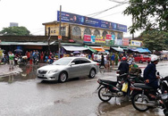 Sau va chạm, nam thanh niên đi xe máy vác dao chặt tay tài xế ô tô con trước chợ