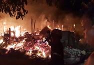 Khu lán trại gần dãy nhà trọ ở Sài Gòn cháy rực sáng cả bầu trời, hàng chục người tháo chạy tán loạn trong đêm