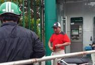 Người đàn ông bị tấn công bằng ớt bột khi rút tiền tại trụ ATM