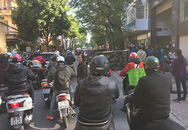Người dân cùng nhau 'giải cứu' chiếc ô tô gặp nạn lật ngang trên vỉa hè Hà Nội