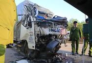 Ôtô tải húc đuôi xe container, hai người chết
