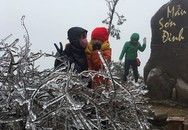 Đỉnh Mẫu Sơn: Băng tuyết bất ngờ phủ trắng mái nhà dân
