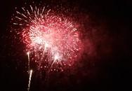 """Hàng nghìn người dân """"đội rét"""" chiêm ngưỡng màn bắn pháo hoa đặc sắc"""