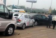 Bốn ôtô tông liên hoàn do đống đất đổ giữa đường ở Hà Nội
