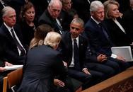 Bà Hillary 'phớt lờ' ông Trump ở đám tang cố tổng thống Bush