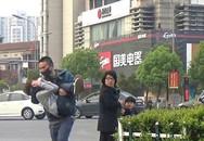 Mẹ đưa con gái đi dạo phố bất ngờ bị người đàn ông lạ mặt chạy theo hỏi: 'Có muốn bán con không?'