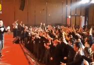 Ông sếp đứng trên sân khấu, vung tiền thưởng Tết rồi kệ cho nhân viên tranh nhau nhặt