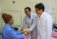 Chiều 28 Tết, Phó Thủ tướng Vũ Đức Đam tới tận giường bệnh thăm hỏi bệnh nhân ung thư