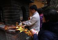 Hà Nội: Người dân đổ xô đến các chùa cầu an, mua muối lấy may mắn đầu năm