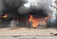 Sáng mùng 2 Tết Nguyên đán, dãy nhà ở Hà Nội bị lửa thiêu rụi