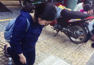 Nữ sinh viên quỳ gối bên đường xin lại giấy tờ sau khi bị mất ví trên xe buýt ở Sài Gòn