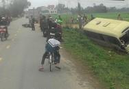 Tránh xe máy, ôtô khách chở hơn 10 người lao xuống ruộng