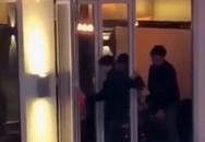 Quên kéo rèm, cặp đôi 'mây mưa' trước mặt khách ở quán rượu đối diện