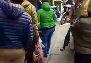 Hà Nội: Tóm gọn một thanh niên nghi xông vào cửa hàng trên phố Hàng Trống, mở tủ 'cướp' Ipad