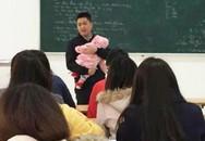 Giảng viên bế con cho sinh viên làm bài thi