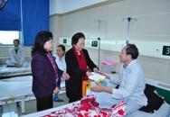 Nguyên Phó chủ tịch nước Nguyễn Thị Doan trao quà Tết cho bệnh nhân ung thư