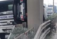Tai nạn hy hữu: Ô tô bị kẹp dính lên mố cầu sau va chạm ở Hải Dương