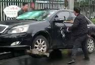 Bị phạt quá nhiều lỗi, chủ xe lấy búa phá xế hộp