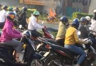 Nam thanh niên thoát khỏi xe máy bốc cháy dữ dội trên đại lộ Phạm Văn Đồng