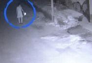 Thiếu phụ mặc váy ngủ bị cả gia đình hàng xóm lập mưu sát hại