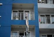 Ám ảnh những chiếc thang dây cháy đen, chăn và rèm cửa lủng lẳng tại hiện trường vụ cháy khiến 13 người thiệt mạng ở Sài Gòn