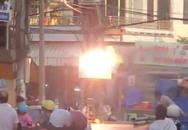 Cột điện bất ngờ nổ đì đùng như bỏng ngô, bà con bất chấp nguy hiểm đứng xem cho biết