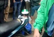 Hà Nội: Không may để chiếc khăn cuốn vào xích xe máy, vị khách đang mang bầu chỉ biết khóc vì bị bắt đền 700.000 đồng