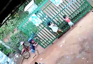 Thót tim hình ảnh hai bé gái bị cánh cổng sắt đè ngang người trong khi nô đùa