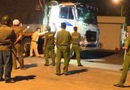 Cảnh sát cơ động dùng hơi cay khống chế 2 người cầm xà beng cố thủ trong xe tải