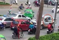 Tài xế xe bán tải đi ngược chiều, lùi xe cán cụ bà đi xe đạp nhập viện