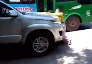Phát hiện chồng chở bồ nhí trong xe ô tô, vợ liều mình đu lên nắp capo đánh ghen giữa đường