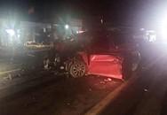 Người dân cắt cửa đưa thi thể tài xế ôtô ra ngoài sau tai nạn