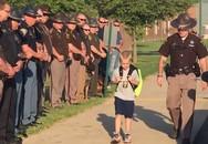 70 cảnh sát Mỹ hộ tống một cậu bé 5 tuổi đi học