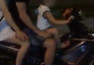 Choáng với clip bố buông tay lái, để con nhỏ điều khiển xe máy đèo cả nhà trên đoạn đường tối mịt