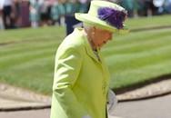Dự đám cưới cháu trai, Nữ hoàng Anh dù không là nhân vật chính vẫn cực nổi bật nhờ phong cách thời trang rực rỡ không lẫn vào đâu của bà