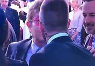 Khoảnh khắc Elton John hôn David Beckham gây xôn xao