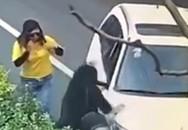 Ném gạch vào ôtô sau va quệt, cô gái bị tài xế chèn qua người