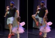 Thấy con gái khóc nhè, ông bố chạy lên sân khấu múa cùng