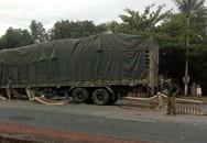 Xe tải san phẳng gần 30m dải phân cách sau tiếng nổ lớn