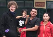 Du khách nước ngoài giúp bé gái lạc đường trên Đèo Cả
