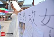 Người đàn ông nghèo mặc váy cưới đứng đường để quyên tiền chữa bệnh cho con khiến nhiều người xúc động nghẹn ngào