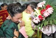 30 năm mới được gặp lại cha mẹ già, nước mắt của người phụ nữ khiến ai cũng đau xót