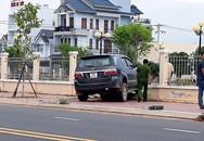 Tài xế tông thẳng ôtô vào người đứng trên vỉa hè rồi bỏ trốn