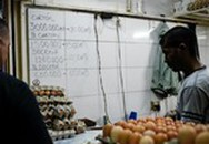 Nửa tháng lương không mua nổi hộp trứng ở Venezuela
