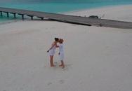 """""""Khoá môi"""" ngọt ngào ở Maldives, bạn bè nghi Cường Đô La và Đàm Thu Trang đi chụp ảnh cưới"""