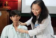 Bác sĩ Sài Gòn cắt nối hai đầu khí quản giúp chàng trai Campuchia tự thở