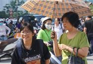Thí sinh đội nắng làm thủ tục dự thi vào lớp 10 ở Hà Nội