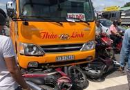 Ô tô khách cuốn hàng loạt xe máy đang chờ đèn đỏ vào gầm, nhiều người bị thương nặng